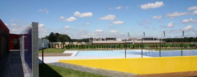 Área deportiva: campo de fútbol y piscinas en Castro de Rei